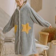 Пушистое платье с капюшоном и принтом звезды