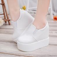 1259.42 руб. 29% СКИДКА|2018 женские сникерсы, модная повседневная обувь на платформе, кожаные Низкие слипоны, увеличивающие рост, женская обувь белого и черного цвета, дизайнерская обувь, Размеры 35 39 купить на AliExpress