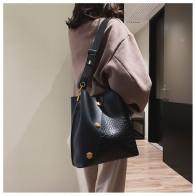 1131.85руб. 49% СКИДКА|Повседневная матовая Лоскутная сумка, женские дизайнерские сумки на плечо с заклепками, роскошная полиуретановая сумка через плечо с широким ремешком, большие сумки, кошельки-in Сумки с ручками from Багаж и сумки on AliExpress - 11.11_Double 11_Singles