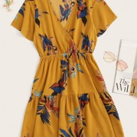 Vestido con estampado floral bajo fruncido