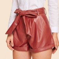 Кожаные шорты в стиле 70-х годов с поясом