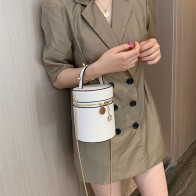 930.12руб. 40% СКИДКА|Маленькая женская сумка на цепочке, новинка 2019, корейская версия, сумка на одно плечо, летняя модная сумка на цепочке-in Сумки с ручками from Багаж и сумки on AliExpress