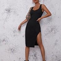 Однотонное платье с разрезом