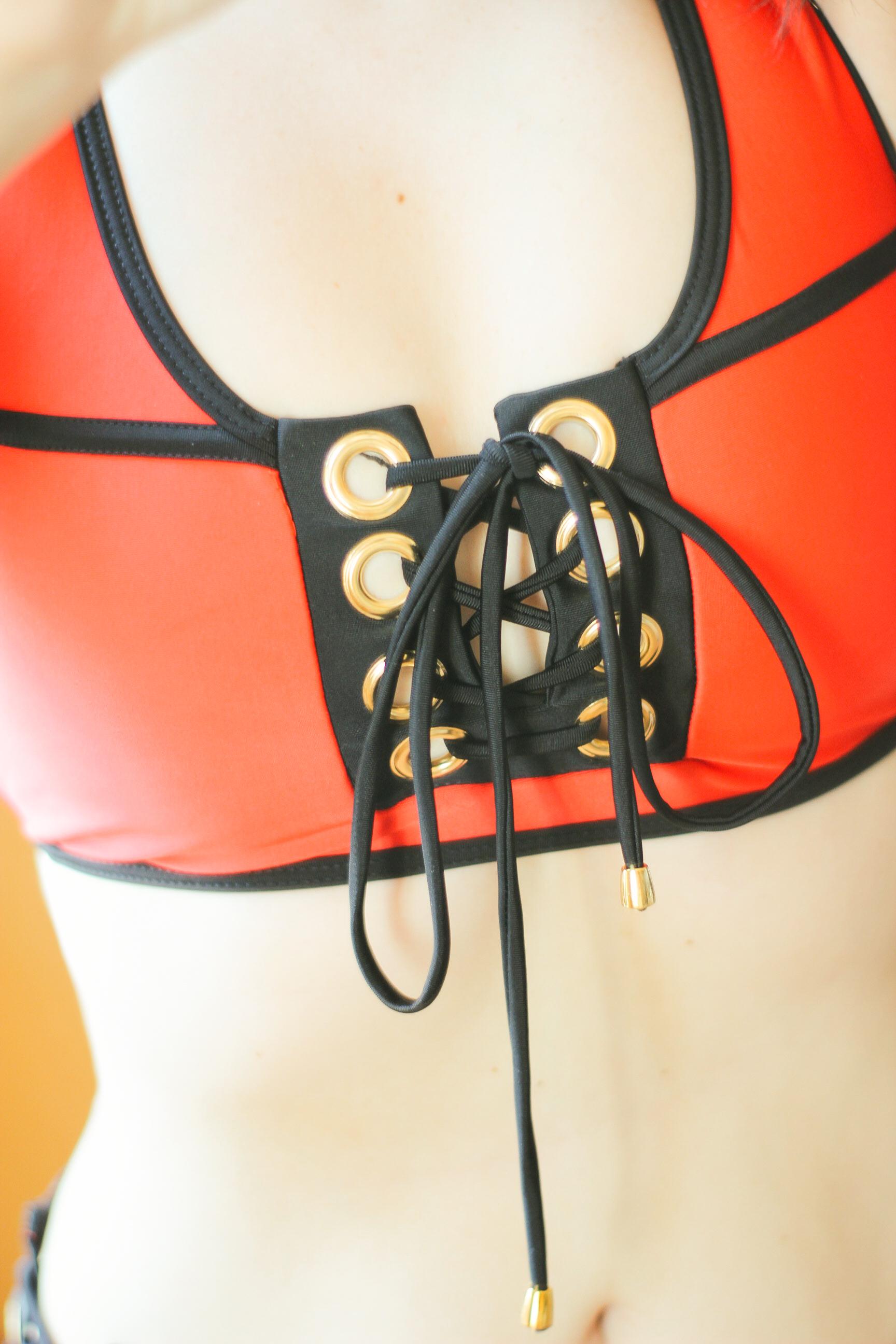 Красный купальник со шнуровкой