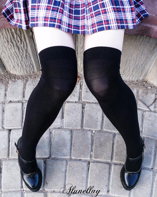 c4b31cc219d19 Черные капроновые чулки с черными полосками. Да, именно так :D Хотя, в  основном, полосок совсем не заметно, и различить их можно лишь при сгибании  ног, ...