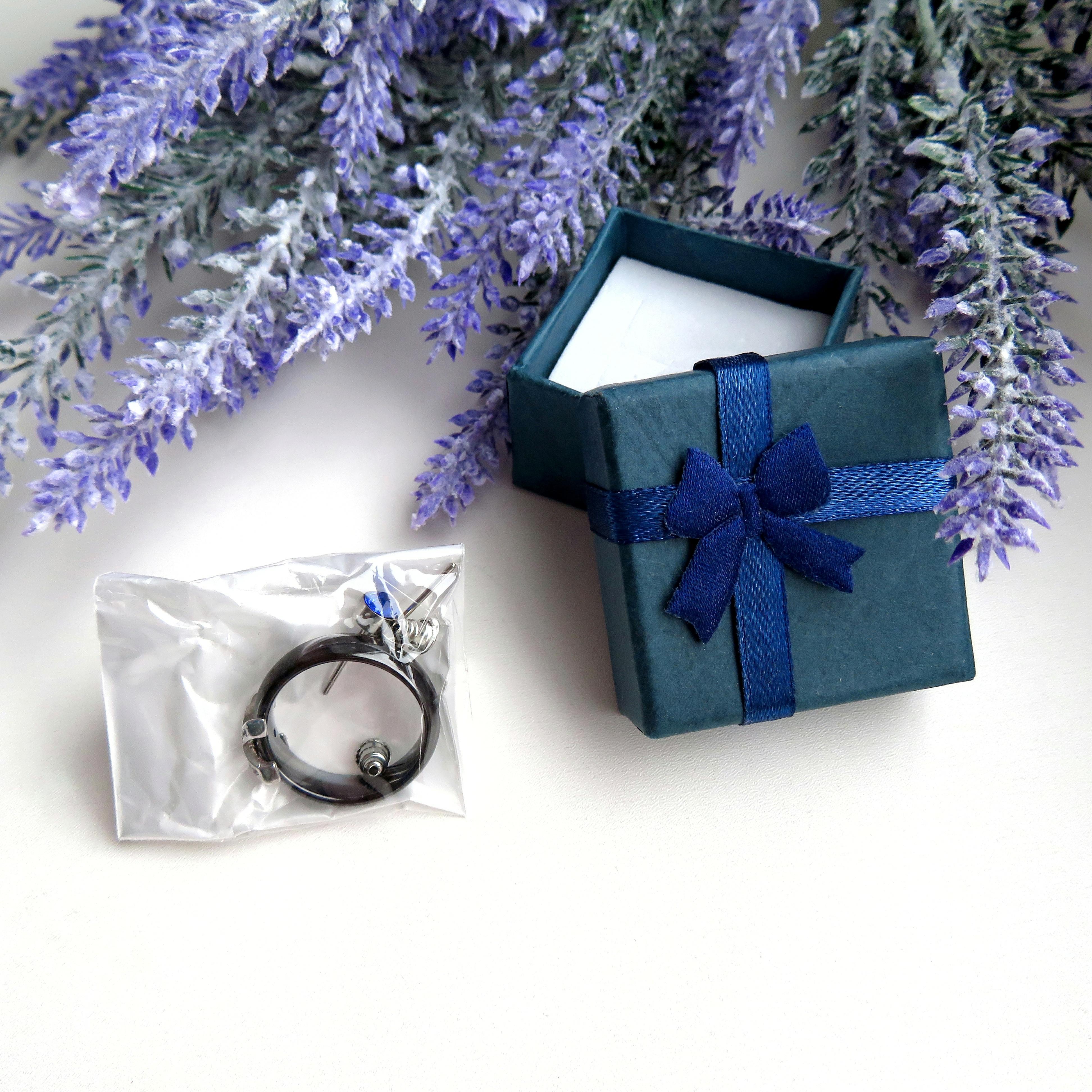 Элегантное кольцо из керамики с декоративным элементом из металла и фианитов