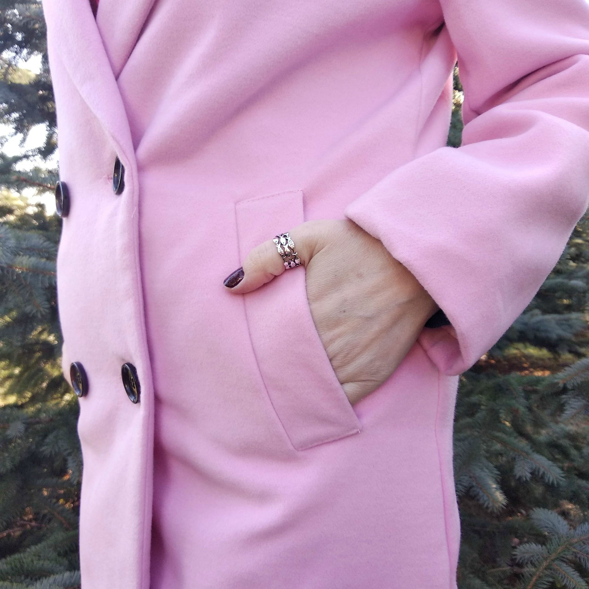 Двубортное пальто в нежном розовом оттенке бренда BEIHUAN