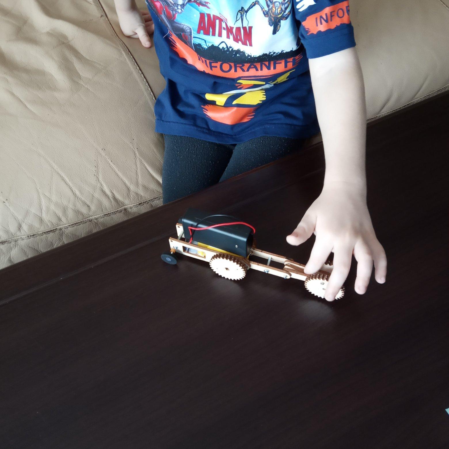 Забавная машинка, которую мы собрали вместе с детьми своими руками.