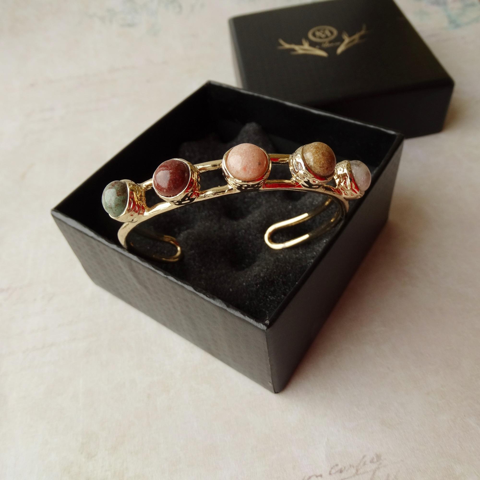 Красивый и качественный браслет eManco с разноцветными камнями