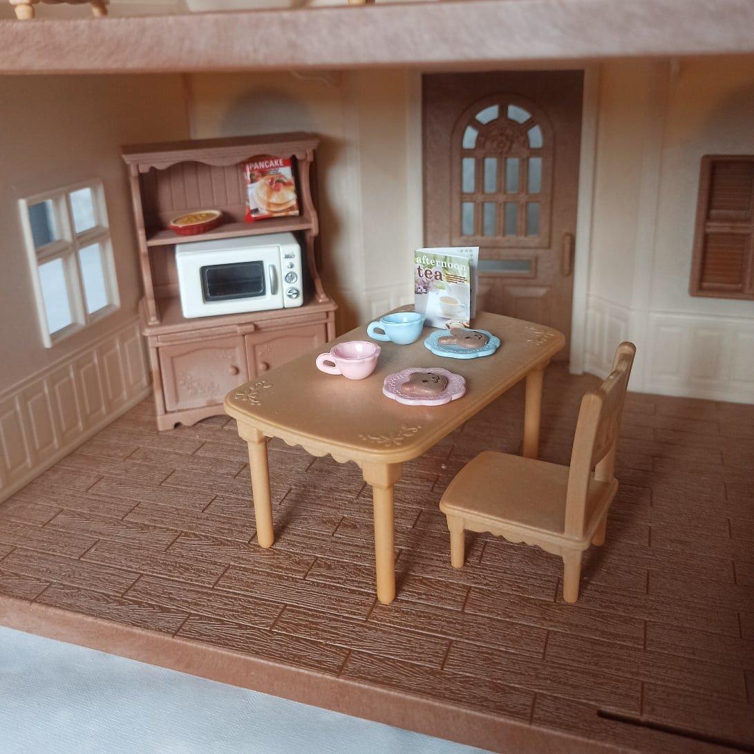Комплект принадлежностей для кухни и мебели для игрового набора Sylvanian Families. - характеристики