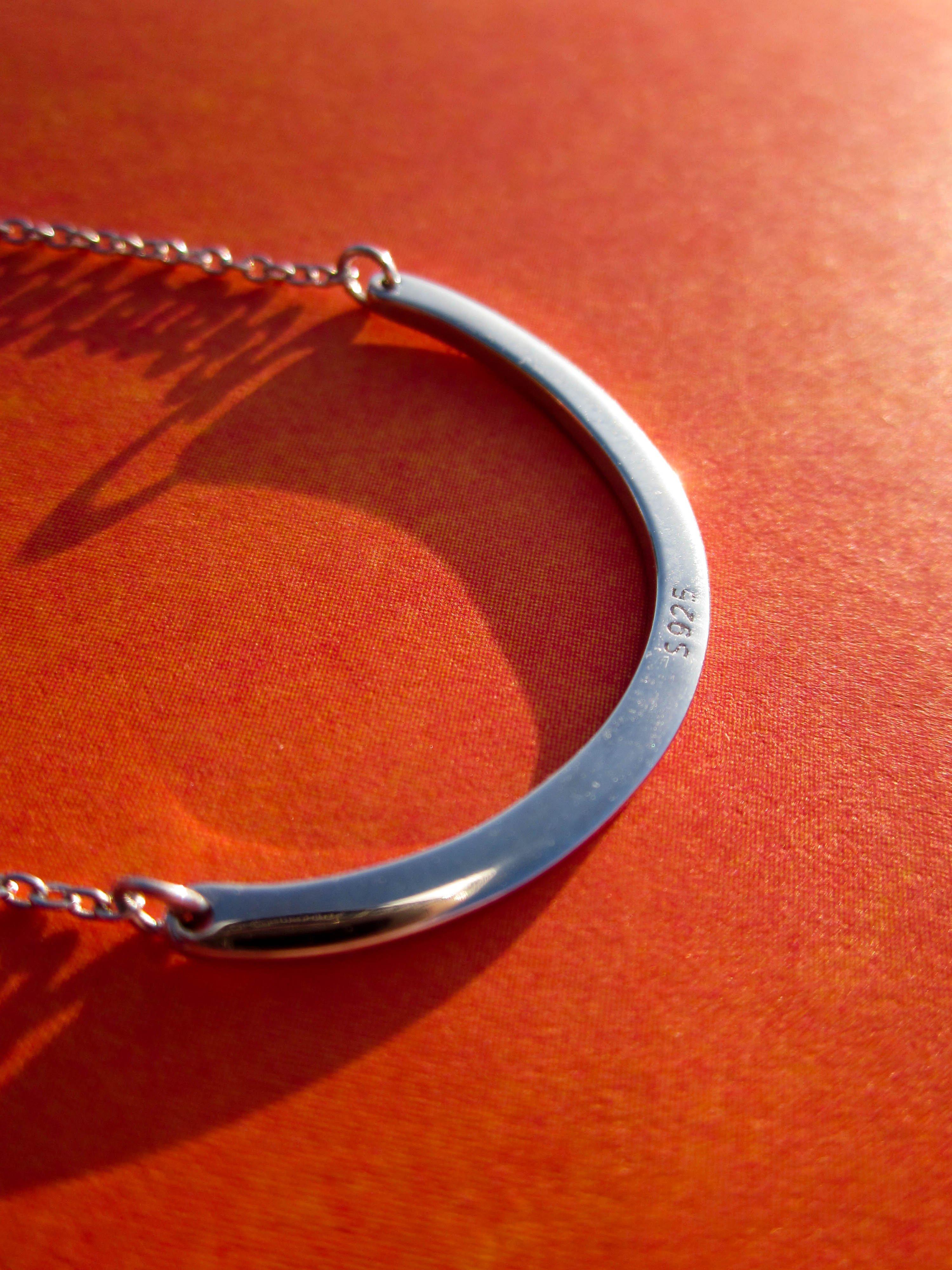 Серебряная дуга на цепочке