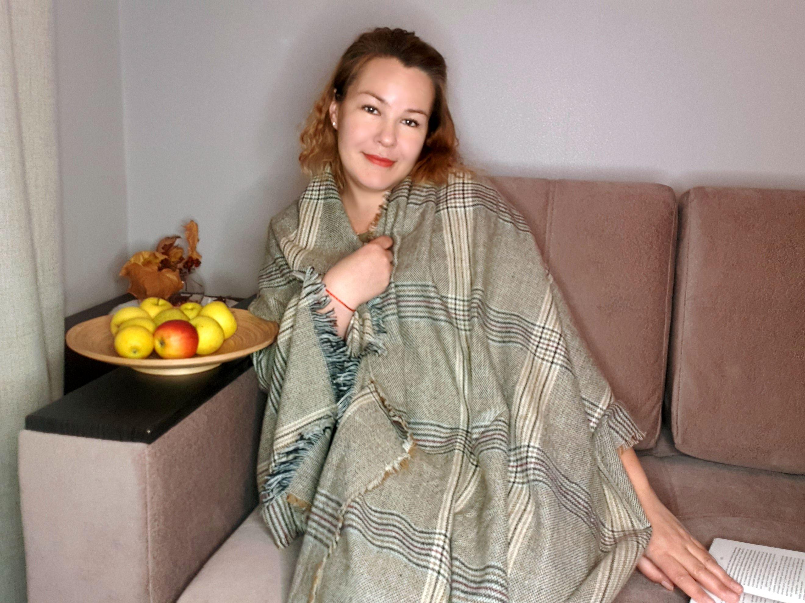 Уютный шарф-плед с классическим рисунком.