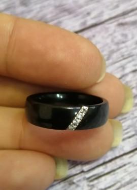Керамическое кольцо с камнями из кубического циркония