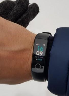 Pulseira de Honra band 4 com monitoramento constante do pulso durante o treinamento e uma tela color