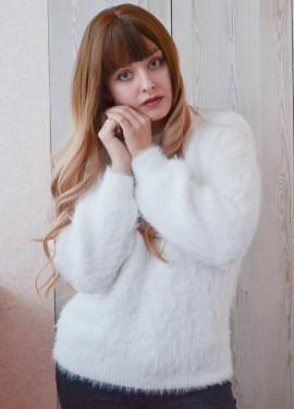 Белоснежный пушистый свитер