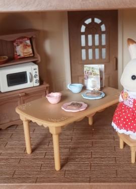 Комплект принадлежностей для кухни и мебели для игрового набора Sylvanian Families.