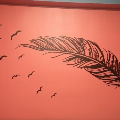 Наклейка на стену в виде пера