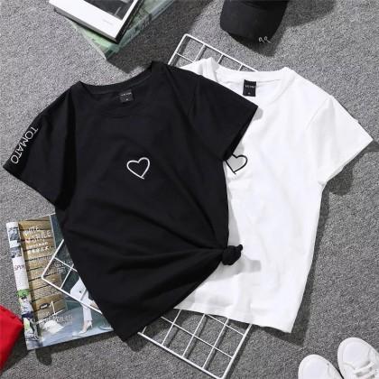 """Женская футболка с надписью """"Love Heart""""."""