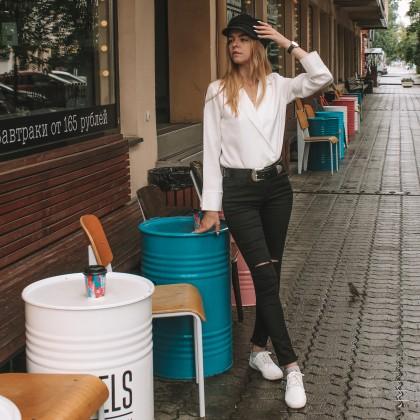 Черные джинсы с дырявыми коленками