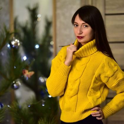 Тёплый жёлтый свитер от Tomorrow Store
