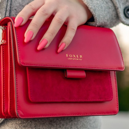 Красная кожаная сумочка Foxer - яркий акцент в образе