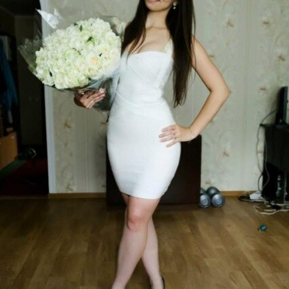Эффектное белое бандажное платье