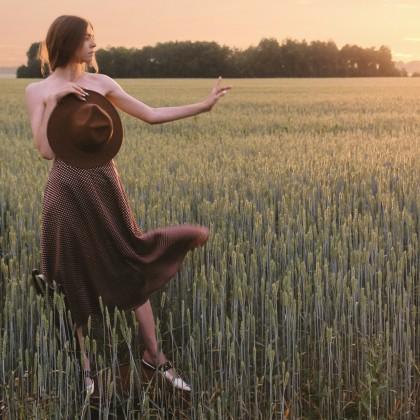 Атласная юбка в горошек для стильного лета