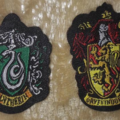 Нашивки из Хогвартса и волшебная палочка Северуса Снегга