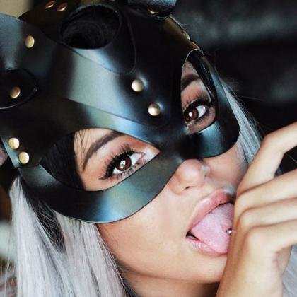 Сексуальная кожаная маска и ошейник