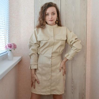Эффектное платье из кожзама