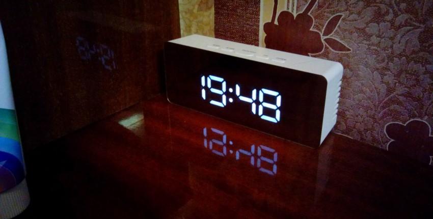 Часы с будильником и питанием от сети.