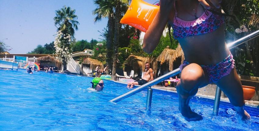 Лайфхак: как сохранить ваш телефон сухим во время купания в море или бассейне?