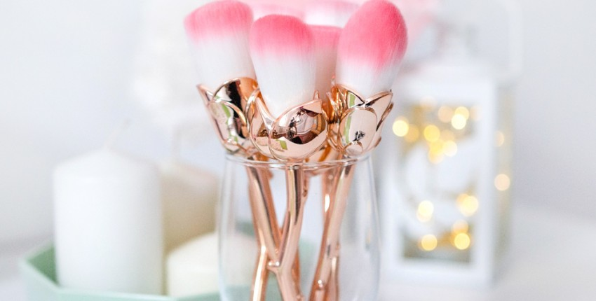 Золотые кисти для макияжа в виде цветов