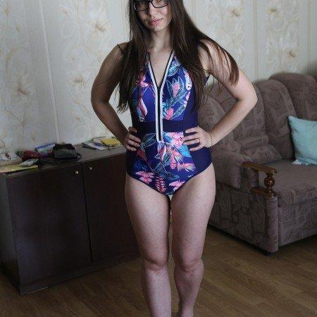 Слитный купальник синего цвета с тропическим принтом
