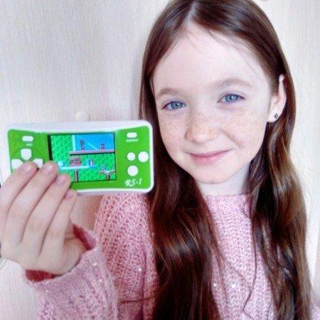 Портативная консоль с ретро играми